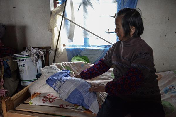 上海八旬老太独住小黑屋 寒潮到来屋内仍未通电