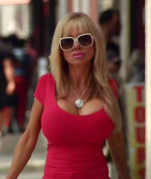【举世网归纳报导】据英国《逐日邮报》11月22日报导,一位来自美国加州的男子在做过5次丰胸手术以后,又将在J罩杯的根底上接续丰胸,只管大夫通知她如许做胸部会有爆裂的危险,但她仍是至死不渝,保持要丰胸,由于那样看起来更像芭比娃娃。