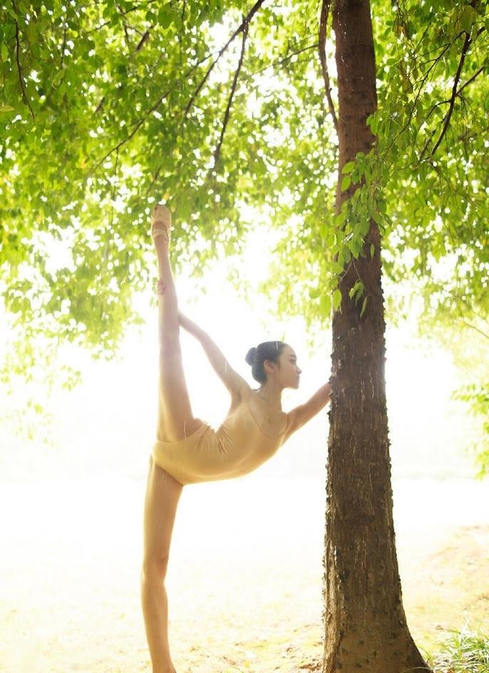 20岁舞蹈女生走红 各式一字马秀柔软身段