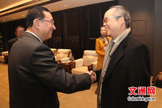 """雒树刚充分肯定香港近年来的文化艺术发展成就,积极评价内地与香港的文化交流与合作。他表示,文化部将一如既往地支持香港发展文化艺术事业,支持香港利用国家对外文化交流平台展示香港文化艺术发展成果,希望两地以《更紧密文化关系安排协议书》签署十周年为契机,在合作机制建设、青少年文化培育、文化创意产业等方面不断拓展合作的深度和广度,共同促进两地文化繁荣发展,携手推动中华文化""""走出去""""。希望香港发挥独特优势,抓住国家""""一带一路""""战略,在促进与沿线国家民心相通方面多做工作<b"""