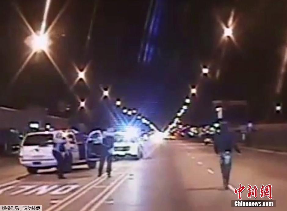 当地时间11月24日,美国芝加哥,当地民众在警察局门口抗议白人警察杰森·戴克射杀17岁非裔青少年麦克唐纳(Laquan McDonald)。