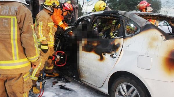 温州快递车与轿车相撞起火 已致4死1伤