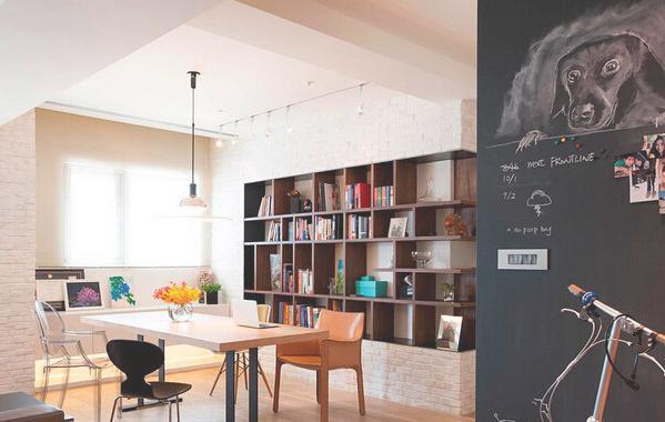 希望客厅 书房区域能完全打通,因此去掉了一房格局,改成了开放式书房