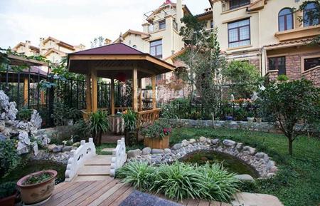这套美式风格的独栋别墅设计的其中一个亮点是花园的设计,在都市繁华图片
