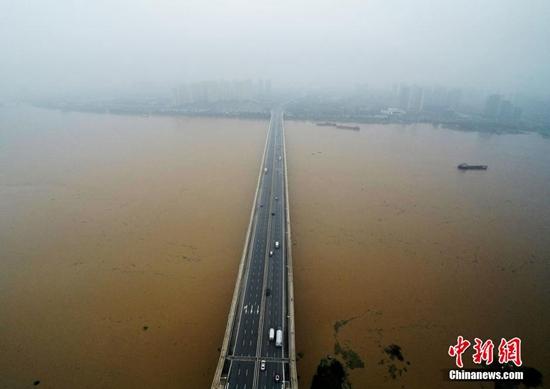 11月18日,湘江长沙段水位持续上涨。自11月11日以来,湖南省南部出现连续强降雨,局部地区大暴雨。受强降雨影响,湘江中上游发生了1961年有气象记录以来最大冬汛,湘江部分站点超警戒水位。杨华峰 摄