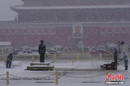11月22日,北京在周日迎来了第二场降雪。图为天安门广场上武警战士在雪中纹丝不动坚守岗位。