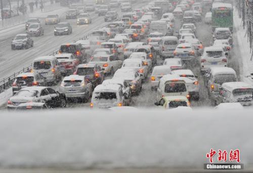 11月24日凌晨,山西太原迎来强降雪天气,市区主要干道结冰打滑,车流缓慢。 中新社记者 韦亮 摄