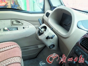 小偷撬窗入车欲偷车发现车主装暗锁 将方向盘卸走