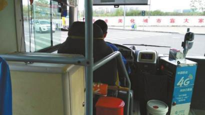 """公交司机直播""""小偷""""上车:车上有小偷把的包按好"""