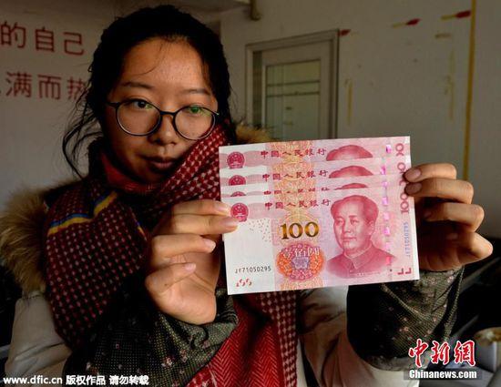 女子1次取出3张疑似错版土豪金百元新钞