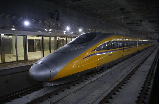 """被称为""""黄医生""""的CRH380AJ-0201轨道探伤车正在以80km/h的最高速度在深圳北-福田区间行驶。"""