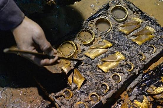 图3 11月22日,海昏侯墓主椁室提取出了187枚金饼,这也是中国汉墓考古史上保存最完整、数量最集中的一次发现。