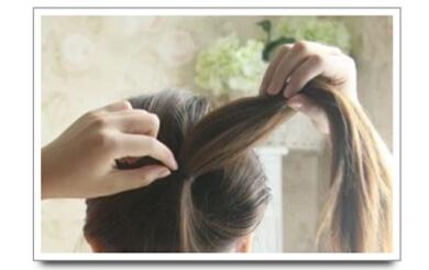 步骤一:很简单,但是一直都在流行的一款韩式盘发.