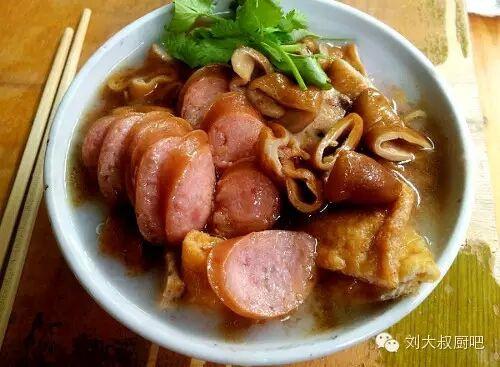 搅拌直至浓稠,一锅粿汁就煮好了.   做粿汁买卖的摊档,在做买卖之