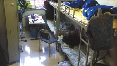 据了解,该宿舍内的6名学生在接受尿检后有5人被警方带走。京华时报记者 吕高见 摄