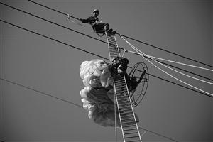 """男子玩滑翔伞挂在高压电线上 被救称""""让我缓缓"""""""