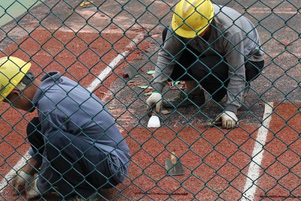 2015年11月12日,深圳某校园内,工人根除塑胶跑道。此前这所校园的跑道塑胶被检测出甲苯超标140倍。 视觉国家 材料