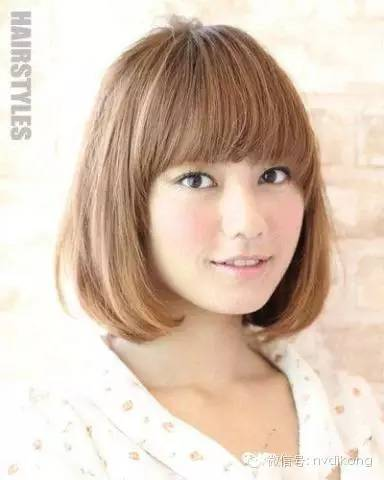这款女生短发齐刘海与鬓角内扣短发搭配修出瓜子脸,适合长脸,宽脸