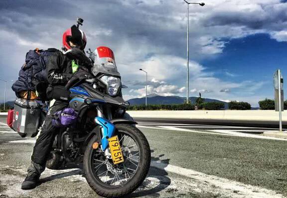 (在路途中的大部分时间,他就是这样,一个人骑行在路上耳畔只有摩托车图片