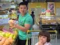 """《闪亮的爸爸第一季片花》陈一冰""""抠门""""逛超市 水果摊位蹭吃蹭喝"""
