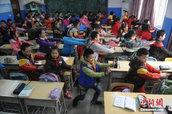 2015年11月12日,山东济南市北全福小学课堂里,门生大课间时刻跳技击操来抵挡雾霾。材料图。视觉国家