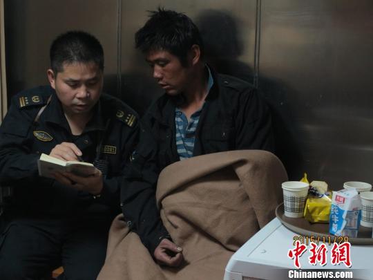 上海搜救力量从倒扣36小时的渔船中救出被困渔民