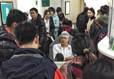 昨晚,北医三院,受伤的学生正在向同学讲述舞台沉降时的情景。当晚7时许,北京航空航天大学晨兴音乐厅升降舞台发生意外沉降事故。