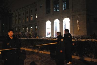 昨晚9时许,音乐厅周围拉起了数十米长的封锁线,多名保安正在维持秩序。