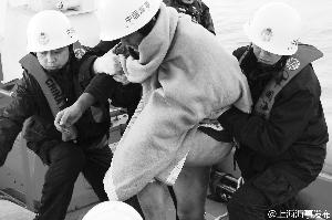 江苏外海渔船翻沉致9人失联 一名渔民被救出