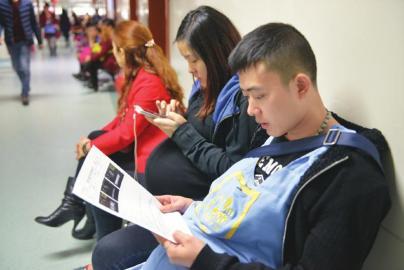 王文龙拿着三胞胎的检测陈述。