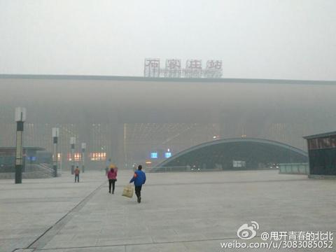 28日上午,河北石家庄的天空一片灰蒙蒙。(图片来源于新浪微博@甩开青春的北北)