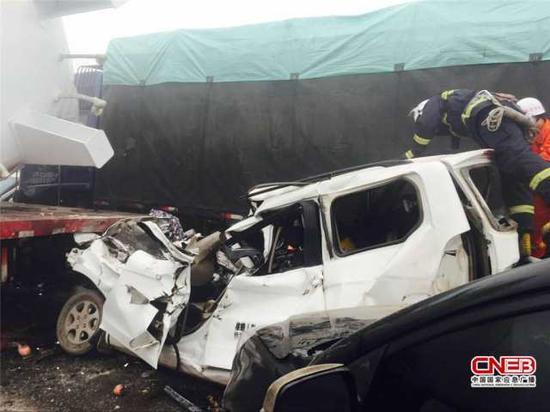 山西大运快速47车连环相撞 已形成3死7伤