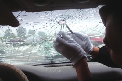办案职员在奥迪车风挡上提取人体安排。警方供图