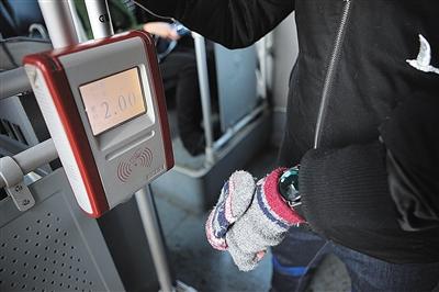 23日,浩然乘坐公交车出行,他戴着可刷公交卡的智妙手环。
