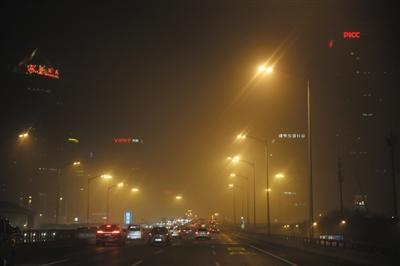 昨日,国贸桥,空气重污染橙色预警下的北京。预计今明两天重污染持续,后天空气质量好转。新京报记者 卢淑婵 摄
