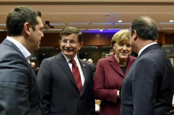 会谈前,土耳其总理达武特奥卢(左二)与德国总理默克尔(右二)、法国总统奥朗德(右一)、希腊总理阿莱克斯・齐普拉斯(左一)进行小范围商洽。