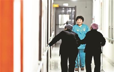 昨日,中国保险行业协会、人社部社会保障研究所等五家机构发布的《2015中国职工养老储备指数大中城市报告》显示,2015年中国大中城市职工养老储备指数为59.7分,仅属于接近评价基础标准水平。 该报告还披露,中国城镇职工平均拥有不动产为1.06套 ,以房养老应关注到未来房地产总体供过于求的风险,变现能力可能面临着较大挑战。