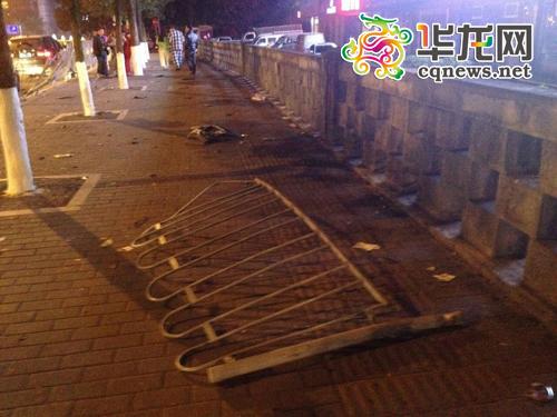 图为被事故车辆撞断的人行道护栏。 目击者 黄先生供图