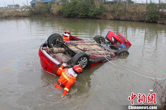 坠入鱼塘的轿车 王申 摄