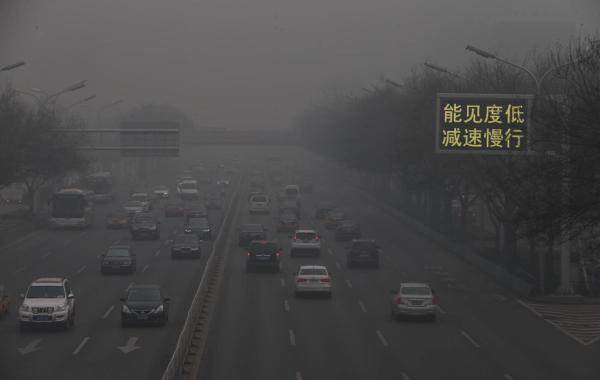 11月30日,北京的CBD笼罩在黑灰色的朦胧色调中。 东方IC 图