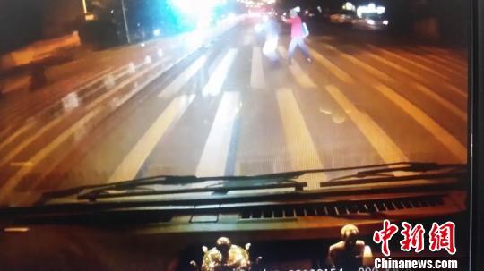 图为闹事小客车车头撞凸起; 王贤哲 摄