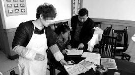 """华商报宝鸡讯(记者 张欣)11月26日,西安几名旅客返回扶风秘诀寺玩耍,在景区外一家名为""""高朋楼""""的饭馆就餐,旅客称用饭时饭馆供给未标价钱的宣扬单点菜,吃结束账时却按另外一份单价很高的菜单上价钱核算,此中一份香椿炒鸡蛋高达38元,一份红烧豆腐28元。昨天,扶风县物价局染指考察。"""