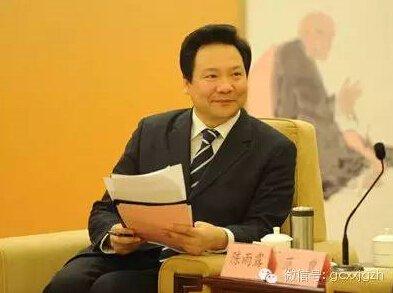 比陈雨露大两岁的方星海,曾先后担任世界银行华盛顿总部经济学家、建设银行协调部主任、上交所副总经理,方星海曾出版多本学术专著。