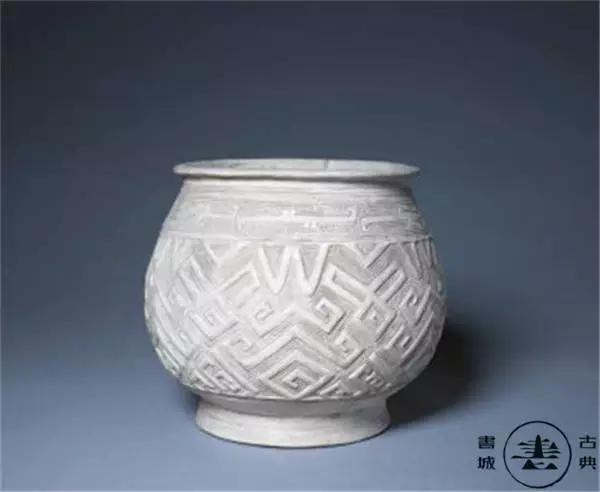 彩陶   以彩绘作为装饰的陶器称为彩陶。爱美之心使人们很早就在陶器上彩绘,中国发现最早的彩陶是在河姆渡文化遗址,此外仰韶文化的彩陶最为发达。彩陶纹饰有动物纹、几何纹、编织纹、植物纹等,生动精彩,变化多端,具有鲜明的时代特色,反映了早期先民的审美意识和原始艺术。