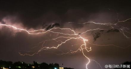 澳洲一城市遭10万多道闪电击中