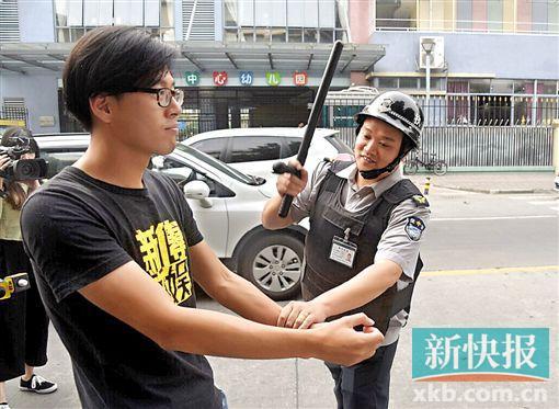 事发广州番禺洛浦街中心幼儿园门口,警方提醒车主提高警惕,上车落座记得锁门