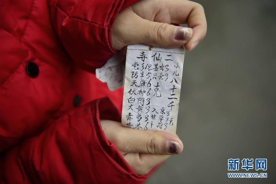 """11月30日报导,黄林本年17岁,来自江西省萍乡市上栗县桐木镇洪东村,父亲和哥哥聪慧,家中长时间贫苦。2009年,黄林的母亲被诊断为乳腺癌,这个本就贫苦的家庭在邻里亲属的帮忙下委曲撑持。但是,母亲的病还未迎来转折,恶运再次袭来:2014年,弟弟黄好被诊断为非霍奇金淋巴瘤,医治费最少需求20万元。在""""救本人仍是救儿子""""之间,母亲挑选了后者。趁着黄幸亏省会治病,母亲留住遗嘱""""不管怎么,要救黄好的命"""",跳河自杀。图为11月24日,黄林在擦洗母亲的遗像。弟弟黄善意理累赘很重,总以为母亲是为了把治疗费省上去给本人材走上死路。为了不让弟弟老想起母亲,这幅遗像不断放在里屋房间里。新华社记者缜密摄"""