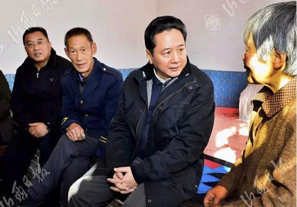 12月1日,省长李小鹏在左权县柏峪村调研扶贫开发工作。图为李小鹏看望贫困户王云喜。山西日报 图