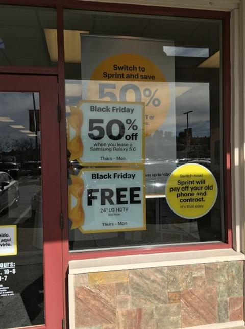 电信业者为了攻占市场,黑色星期五噱头十足,消费者只要拿出其他家账单申办,立刻根据价格减半优惠,就连手机也十分低廉。(美国《世界日报》/陈良珏 摄)