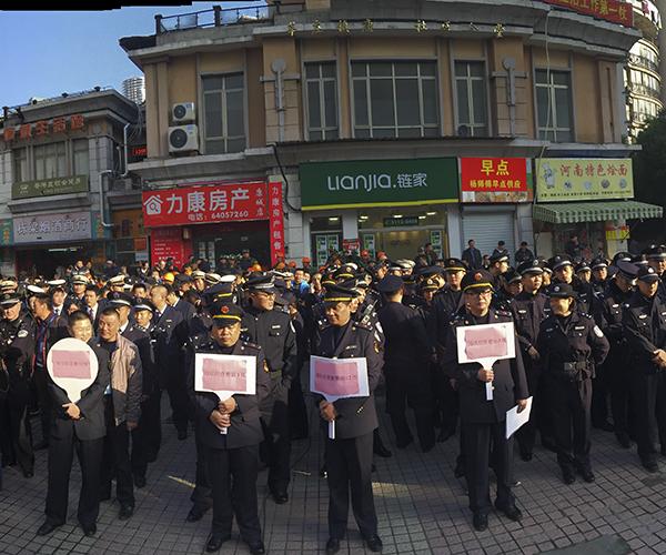 405名作业人员参加闵康城社区整治步履。